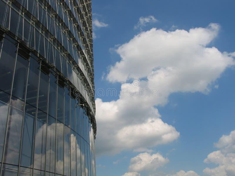 Edifício corporativo moderno com reflexões do céu foto de stock