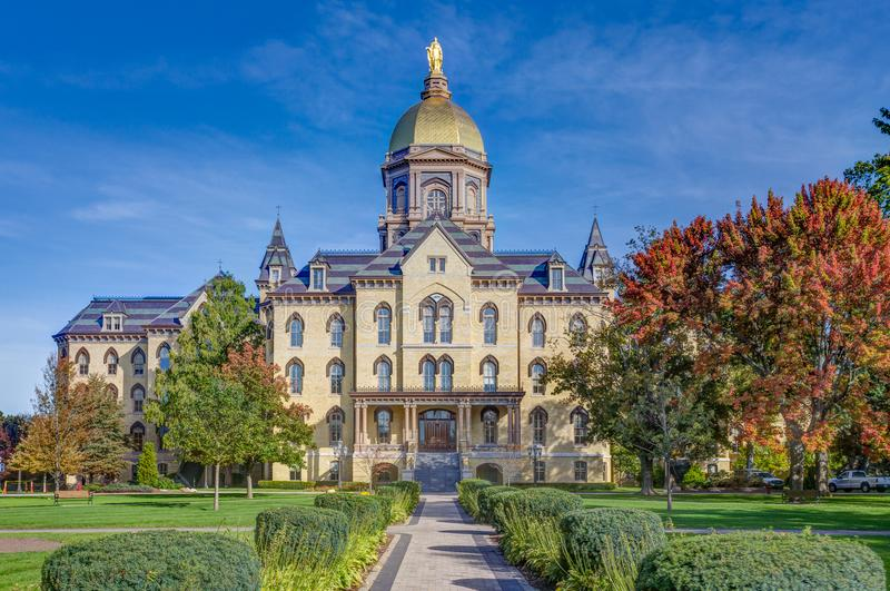 Edifício da administração principal no terreno de Notre Dame Univers imagens de stock royalty free