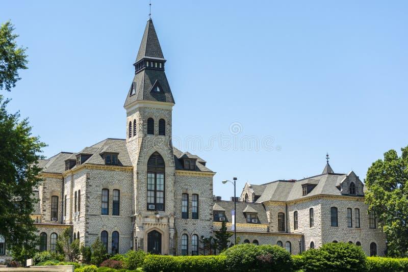 Edifício da administração da universidade estadual de Kansas em Sunny Day imagens de stock