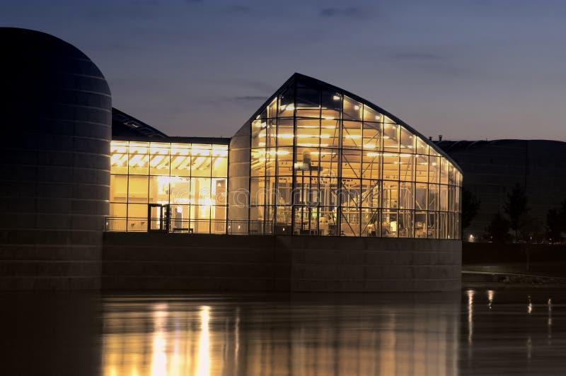 Download Edifício da noite foto de stock. Imagem de luzes, edifício - 104788