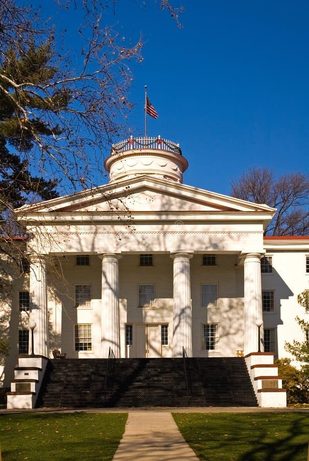 Edifício da universidade na queda fotos de stock