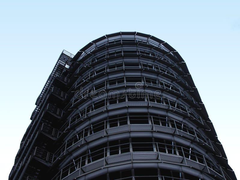 Edifício de aço no céu ilustração stock