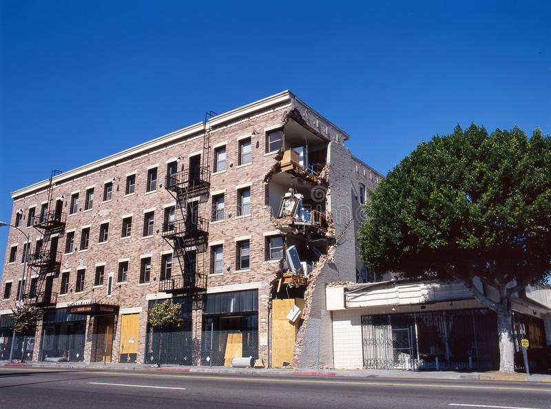 Edifício de apartamento após o terremoto fotos de stock