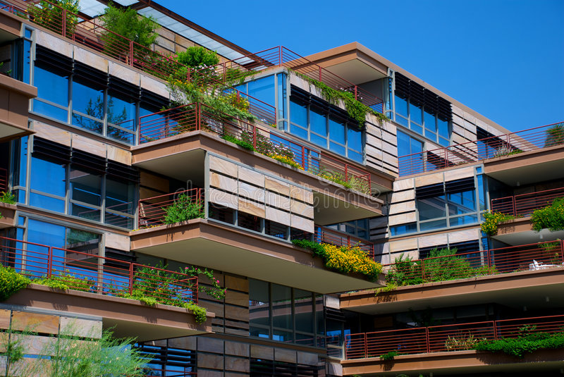 Edifício de apartamento a favor do meio ambiente foto de stock royalty free