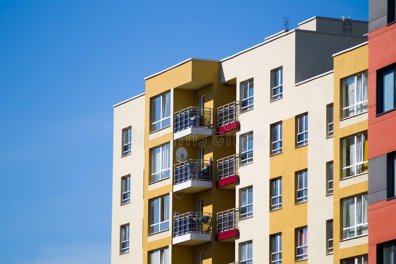 Edifício de apartamento moderno e novo. imagens de stock royalty free