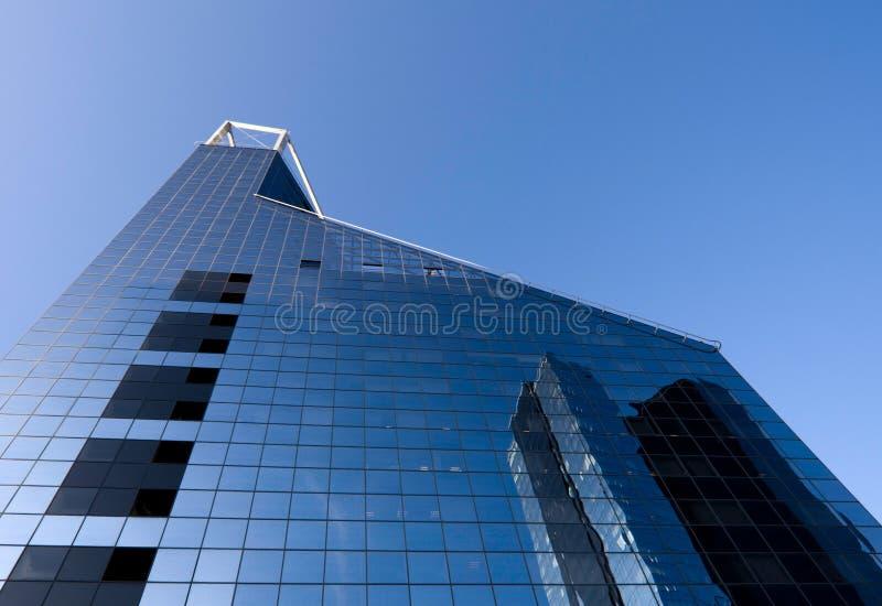 Edifício de banco e céu azul imagem de stock
