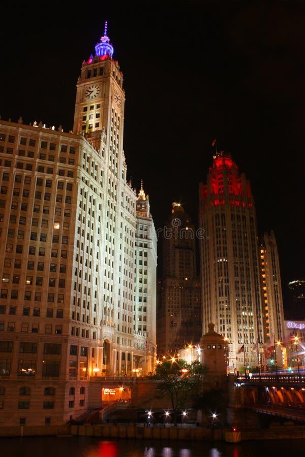Edifício de Chicago Wrigley & torre da tribuna na noite fotografia de stock