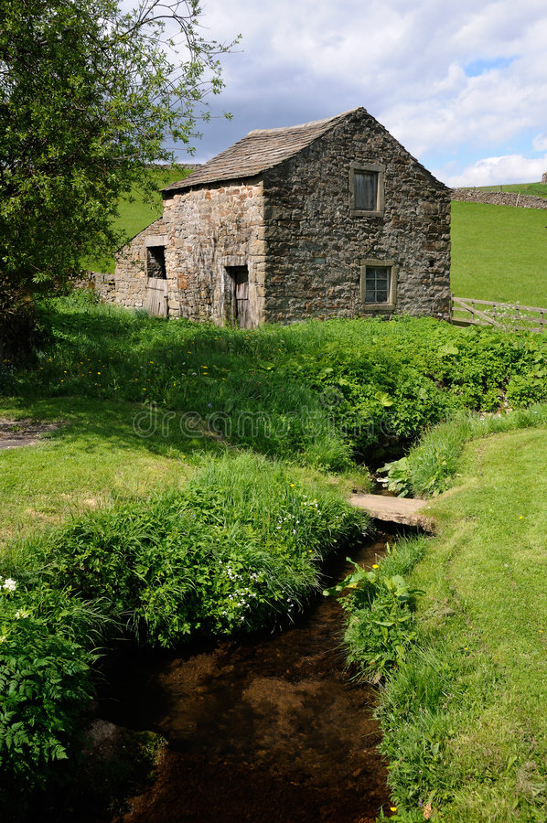 Edifício de exploração agrícola em Wharfedale calmo fotografia de stock