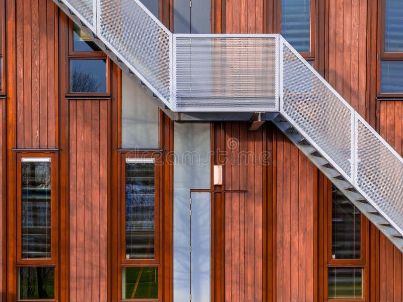 Edifício de madeira moderno fotos de stock