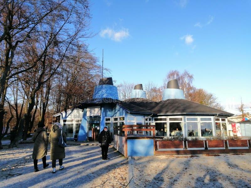 Edifício de restaurante e areia em Gdynia, Polônia imagem de stock