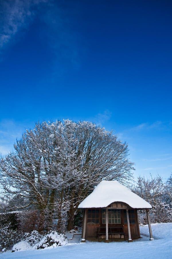 Edifício de Summerhouse no inverno sob o céu azul imagens de stock