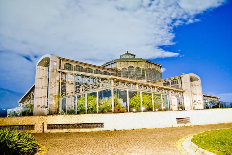 Edifício de vidro impressionante em Quito, Equador fotos de stock