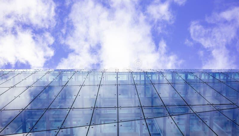 Edifício de vidro moderno Fundo do céu nebuloso, sob a vista, espaço foto de stock