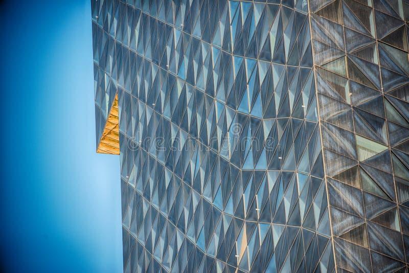 Edifício de vidro moderno no sumário foto de stock royalty free