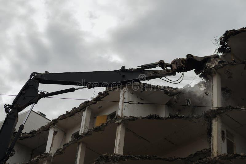 Edifício Demolition Pulveriser Demolitador na Cidade imagens de stock