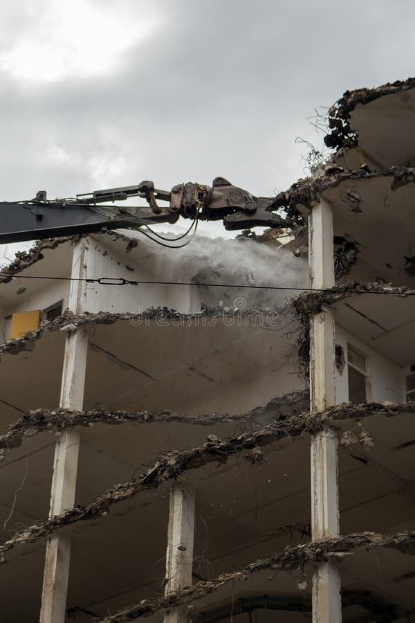 Edifício Demolition Pulveriser Demolitador na Cidade imagem de stock