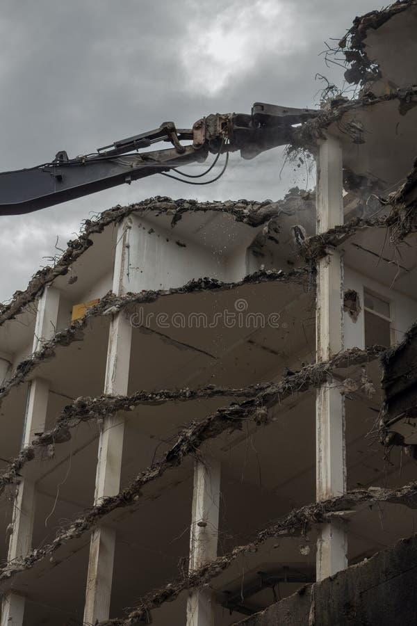 Edifício Demolition Pulveriser Demolitador na Cidade fotografia de stock