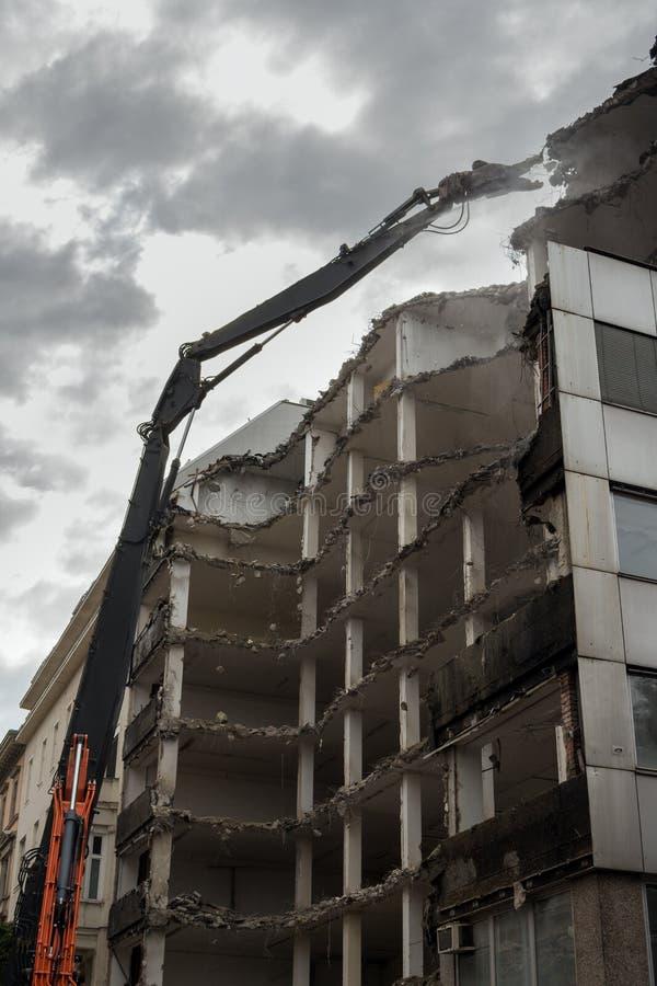 Edifício Demolition Pulveriser Demolitador na Cidade foto de stock royalty free