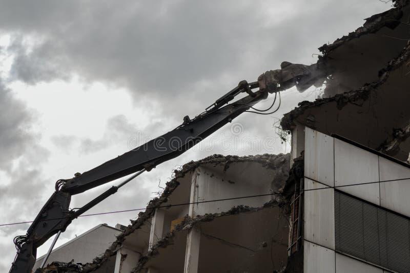 Edifício Demolition Pulveriser Demolitador na Cidade imagem de stock royalty free
