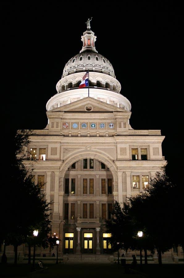 Edifício do Capitólio do estado na noite em Austin da baixa, Texas foto de stock
