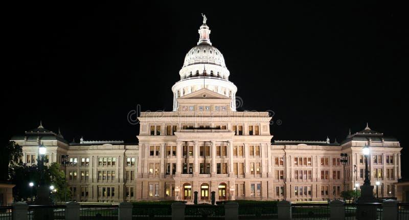 Edifício do Capitólio do estado na noite em Austin da baixa, Texas imagens de stock