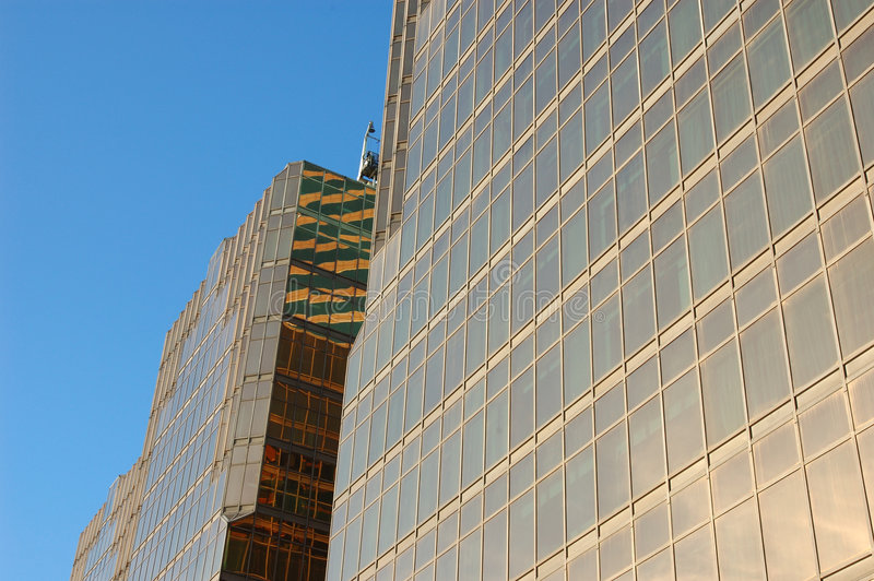 Edifício do negócio com o indicador de vidro dourado foto de stock