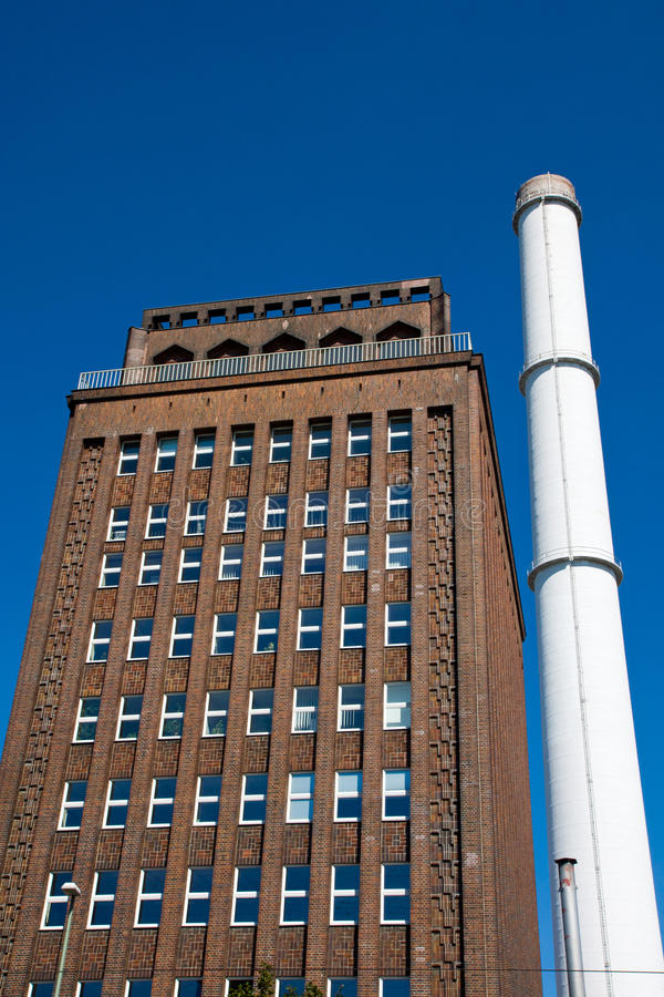Edifício do Smokestack e de tijolo imagem de stock