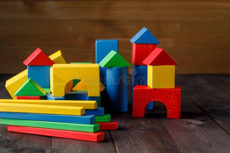 Edifício dos blocos das crianças coloridas de madeira imagem de stock