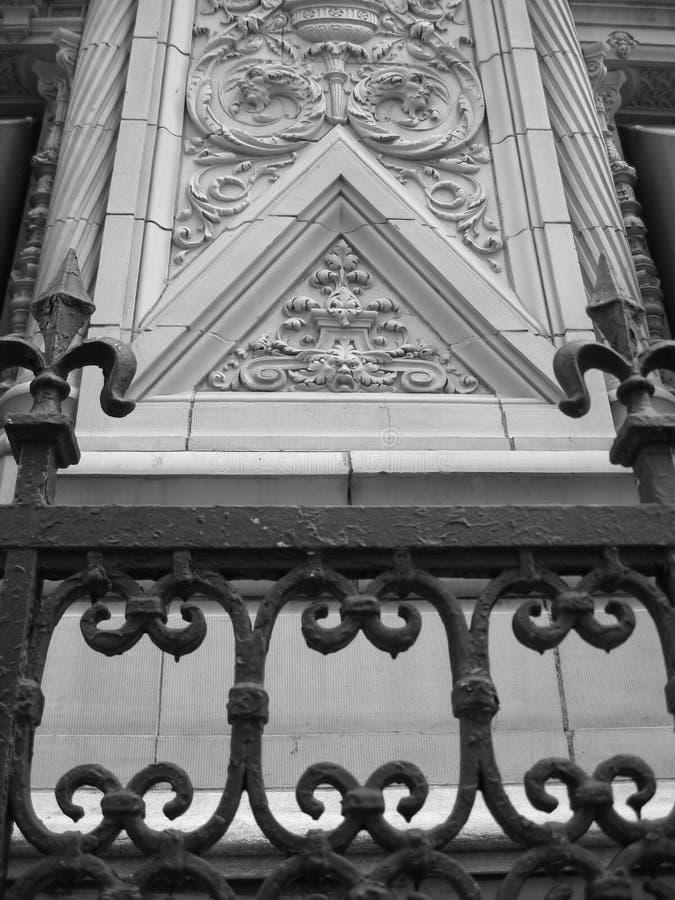 Edifício e cerca decorativos foto de stock