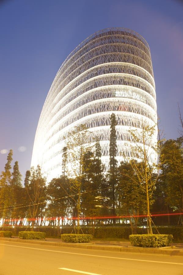 Edifício e estrada na noite fotos de stock royalty free