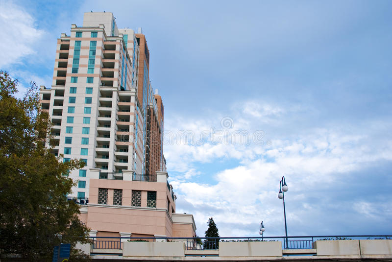 Edifício e lâmpada altos da cidade fotografia de stock