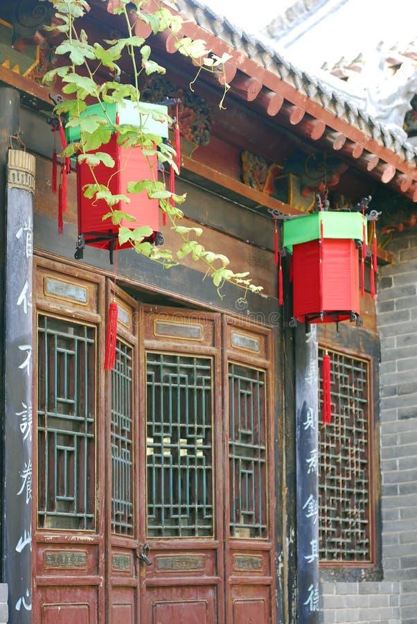 Edifício e lanternas velhos da cidade antiga fotos de stock