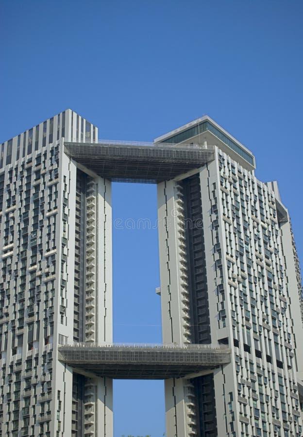 Edifício elevado da ascensão no céus desobstruídos imagens de stock