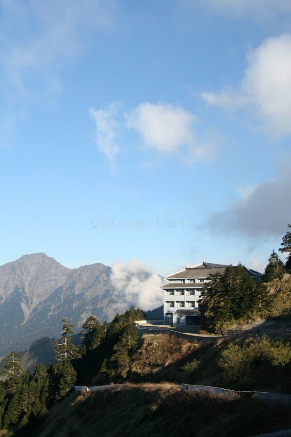 Edifício em montanhas cénicos imagens de stock royalty free