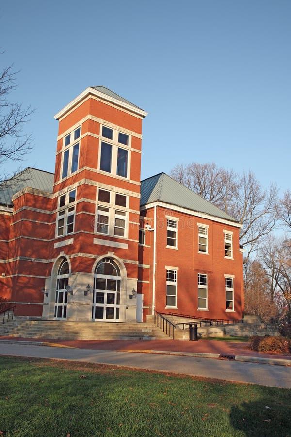 Edifício em um terreno da faculdade no vertical de Indiana imagem de stock