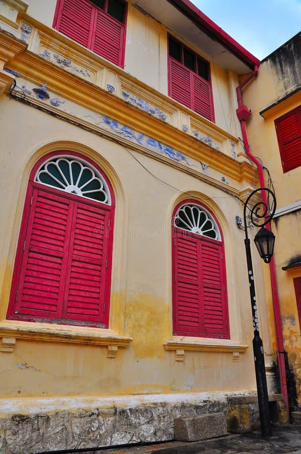 Edifício histórico com os indicadores louvered vermelhos foto de stock royalty free
