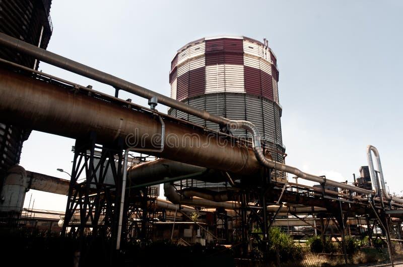 Edifício industrial da indústria sobre o fundo do céu fotografia de stock royalty free