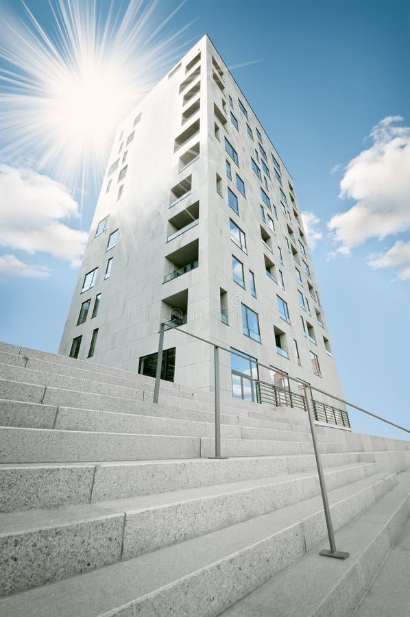 Edifício moderno da torre do arranha-céus imagem de stock