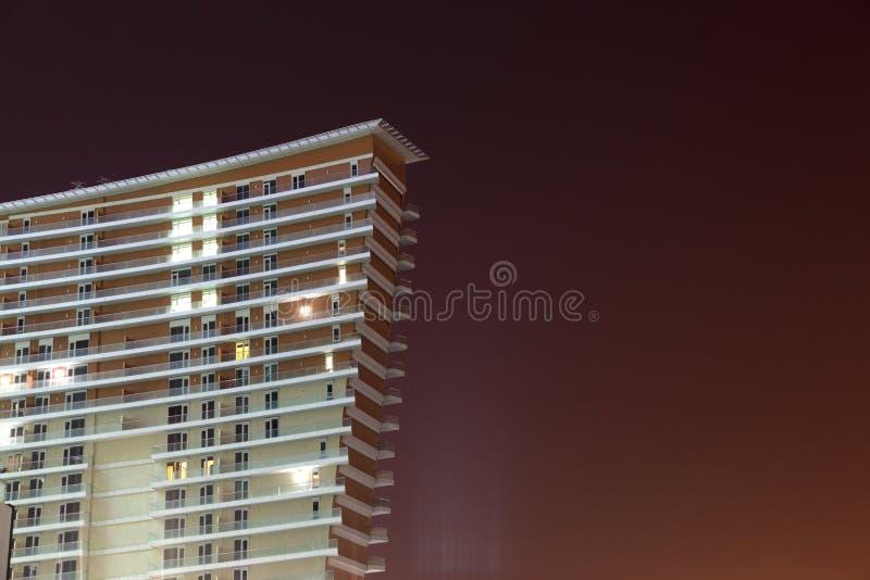 Edifício moderno na noite fotografia de stock royalty free