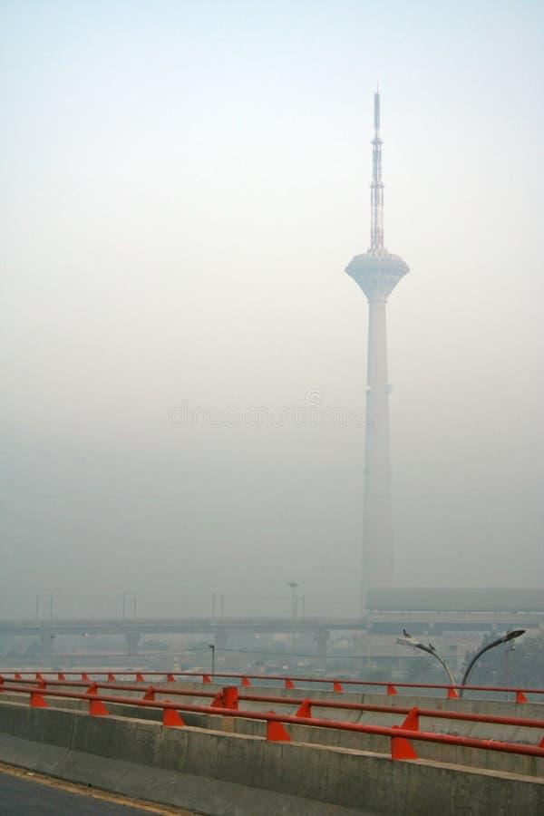 Edifício nevoento da torre das manhãs e do hirise de Nova Deli fotografia de stock