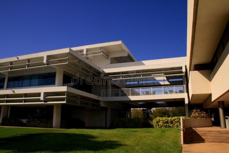 Edifício no terreno da escola imagens de stock royalty free