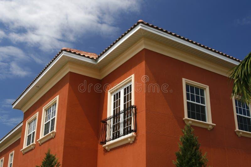 Edifício novo do vermelho rico imagens de stock