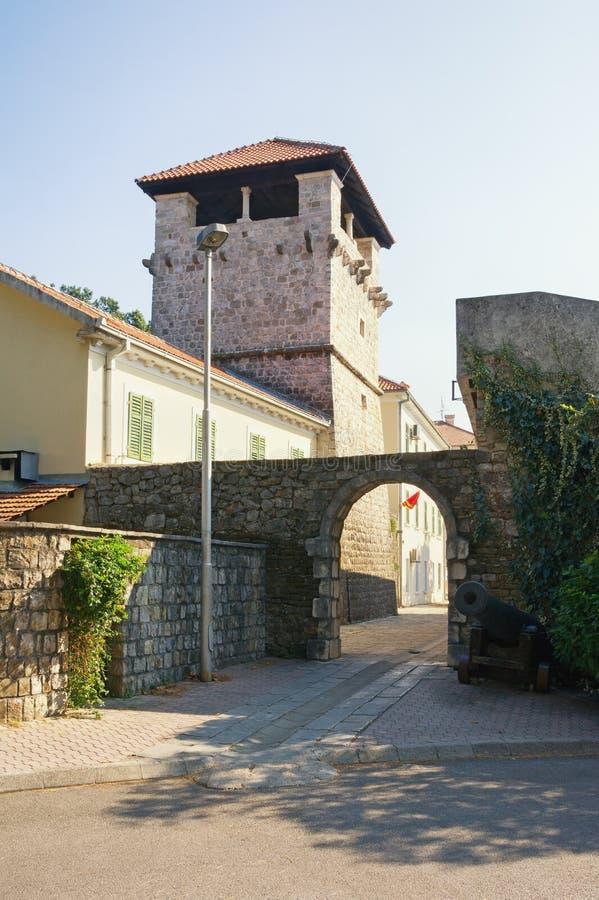 Edifício preto e branco velho em Chester Casa de verão da família nobre Buca Cidade de Tivat, Montenegro imagens de stock royalty free