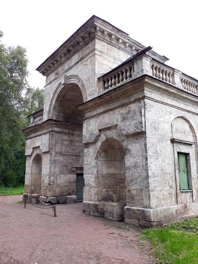 Edifício redondo As portas do vidoeiro no parque do palácio de Gatchina fotografia de stock