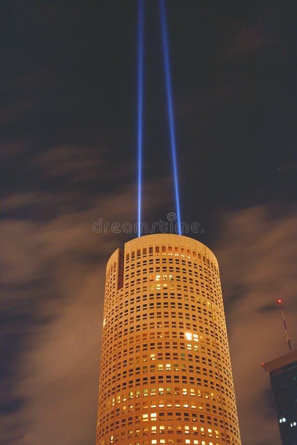 Edifício redondo com os dois projectores na noite