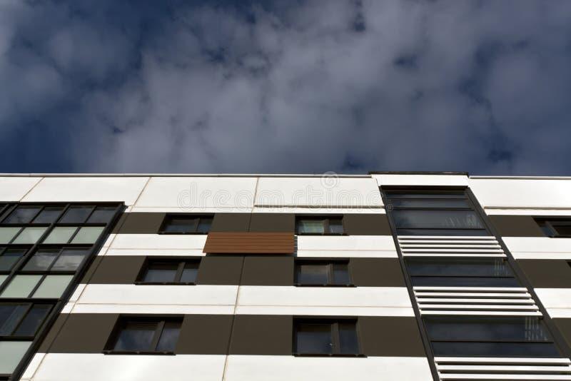 Edifício residencial moderno de encontro ao céu nebuloso imagem de stock