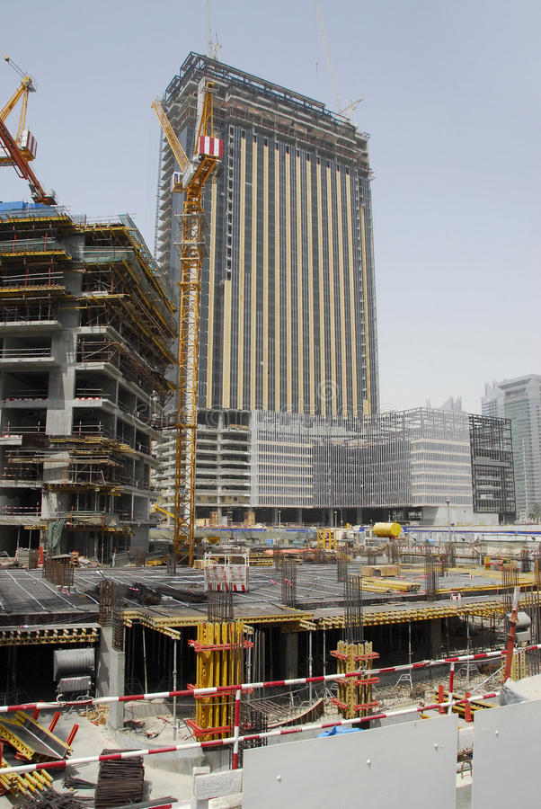 Edifício sob a construção em Dubai foto de stock