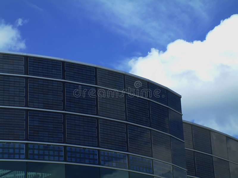Edifício solar com céu azul