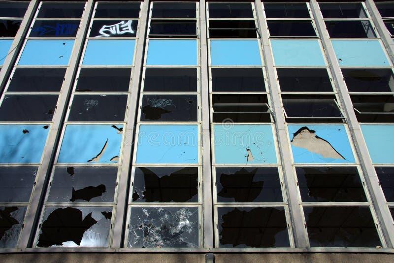 Edifício Vandalised na colheita próxima imagem de stock