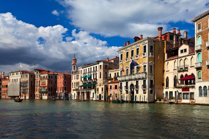 Edifícios bonitos no canal principal de Veneza fotos de stock